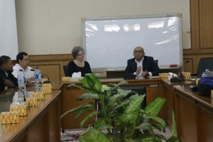Prof Arskal Salim bersama Ass. Prof. Sherry Camden-Anders dan rombongan dari Alliant International University, USA, di Ruang Sidang Utama, Senin(17/10/2016).
