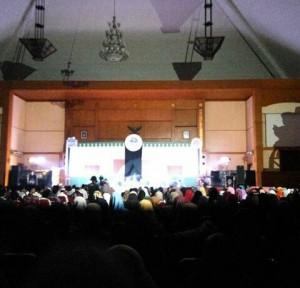 Unit Kegiatan Mahasiswa (UKM) Himpunan Qari dan Qariah Mahasiswa (HIQMA) UIN Jakarta menggelar malam apresiasi sebagai penutupan rangkaian kegiatan milad ke-28 HIQMA yang telah berlangsung selama sepekan. Acara dilaksanakan pada, Jumat (21/10) bertempat di Auditorium Harun Nasution.