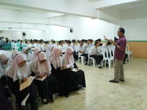 Salah satu Tim Sosialisasi Nanang Syaikhu tengah menjelaskan mengenai kampus UIN Jakarta di hadapan para santri kelas 6 di kompleks Pesantren Darunnajah, Ulujami, Jakarta Selatan, Sabtu (12/11).