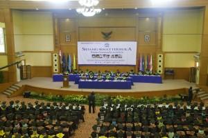 UIN Syarif Hidayatullah Jakarta akan menggelar wisuda sarjana dan pascasarjana yang ke-102, Sabtu-Minggu (26-27/11). Acara wisuda akan dilaksanakan di Auditorium Harun Nasution Kampus I jalan Ir. H. Juanda no. 95 Ciputat Kota Tangerang Selatan.