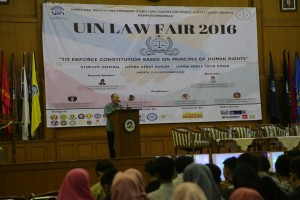 Fakultas Syariah dan Hukum (FSH) UIN Jakarta mengadakan perlombaan debat dan karya tulis ilmiah tingkat nasional yang diselenggarakan oleh Himpunan Mahasiswa Program Studi (HMPS) Ilmu Hukum. Acara yang bertemakan To Enforce Contitution Base on Principle of Human Rights ini bertempat di Auditorium Harun Nasution, Jumat (11/11).