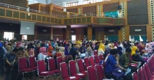 Para wisudawan hari ini mengikuti gladi resik acara wisuda ke-102. Peserta wisuda yang berjumlah 1.043 orang ini berasal dari 11 fakultas dan Sekolah Pascasarjana UIN Jakarta. Acara yang dilaksanakan pada Kamis (24/11) tersebut, bertempat di Auditorium Harun Nasution Kampus I UIN Syarif Hidayatullah Jakarta, Jalan Ir Juanda No 95 Ciputat, Tangerang Selatan.