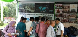 Visitors from various Islamic Higher Education (PTKI) in AICIS 2016 event approached the 3 square meters booth that display the number of journals, books, and magazines published by UIN Jakarta, Lampung, (11/1)