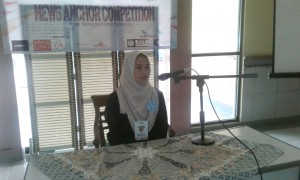 "Herlina Novita, participants from SMKN 17 Jakarta, while reading the news in the ""News Anchor Competition"", Friday (4/11)"