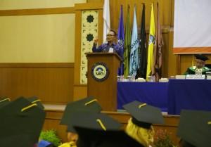 Menteri Ketenagakerjaan Muhamad Hanif Dhakiri S.Ag MA menyampaikan orasi ilmiah di Gedung Auditorium Utama Harun Nasution, Sabtu (26/11). Orasi ilmiah disampaikan di hadapan para wisudawan dalam rangka wisuda UIN Jakarta ke-102.