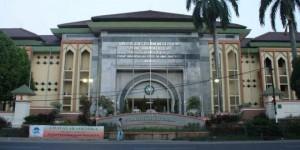 Gedung kampus UIN Jakarta tampak dari Jalan Ir Juanda, Ciputat. Saat ini pengelolaan kampus tersebut berstatus sebagai Perguruan Tinggi Negeri Badan Layanan Umum. (Foto: Dok Pubdok)