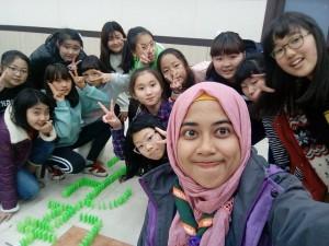 Rosa Lina Permata Nurani (mengenakan scraft) foto bersama peserta didik seusai memberikan bimbingan bahasa Inggris di Suncheon, Korea Selatan. Selama berada di negeri Ginseng itu, Rosa juga mengajarkan anak-anak tentang pendidikan karakter melalui belajar sambil bermain. (Foto: Istimewa)