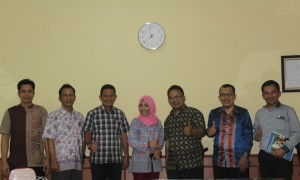 Para pejabat dari UIN Jakarta dan UIN Sumatera Utara (dari kiri ke kanan) M Natsir, Nanang Syaikhu, Hermansyah, Evanauli Aprilla, Feni Arifiani, M Ridawan, dan Molikiddin Harahap foto bersama seusai berdiskusi tentang kehumasan di Ruang Rapat Biro AUK, Jumat (9/12).