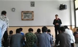 Sejumlah mahasiswa Fakultas Dirasat Islamiyah UIN Jakarta tengah melakukan aktivitas keagamaan di tempat kuliah mereka. Sehari-hari mereka belajar dengan menggunakan bahasa Arab. (Foto: Istimewa)
