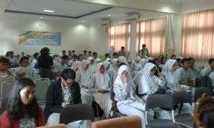 Sejumlah pelajar kelas 12 saat mendengarkan presentasi dari Tim Sosialisasi UIN Jakarta, di Aula SMAN 1 Kota Tangerang Selatan, Banten, Kamis (22/12/2016)