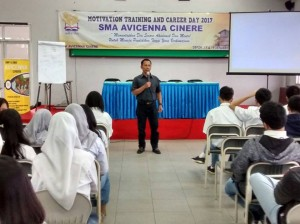Nanang Syaikhu saat memberikan presentasi pada acara Motivation Training and Career Day 2017 di SMA Avicenna, Cinere, Depok, Jawa Barat, Selasa (17/1/2017). (Foto: Umar Syarif Audah)