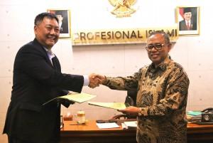 UIN Jakarta dan PT. Smartians Indonesia menjalin kerjasama dalam bidang pengembangan bahasa, pelatihan, dan mutu pendidikan. Penandatanganan tersebut dilakukan di ruang rektor, Selasa (10/01).