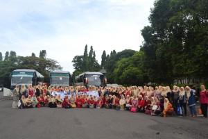Peserta Rihlah Dharma Wanita Persatuan UIN Jakarta foto bersama sesaat sebelum mengadakan kegiatan di Taman Buah Mekarsari, Cileungsi, Bogor, Jawa Barat, Rabu (25/1/2017). (Foto: Nanang Syaikhu)