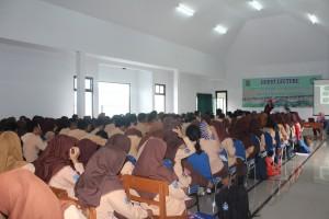 Para pelajar kelas 12 SMAN 28 Cisauk, Tangerang, Banten, terlihat antusias mendengarkan informasi masuk UIN Jakarta yang digelar di aula sekolah tersebut, Rabu (11/1/2016).