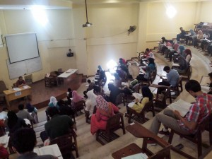 Calon mahasiswa baru saat mengikuti Ujian Mandiri di Ruang Teater Fakultas Syariah dan Hukum tahun 2016 lalu. (Foto Dok FSH)