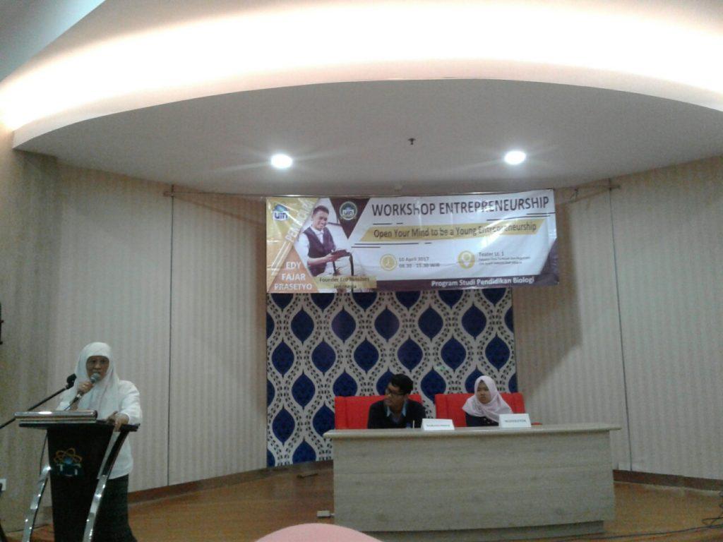 """Himpunan Mahasiswa Program Studi (HMPS) Biologi menggelar Workshop Entrepreneurship bertajuk """"Open Your Mind to be a Young Entrepreneurship"""" di Ruang Teater FITK, Senin (10/4/2017). Hadir sebagai narasumber Founder Eco Bussiness Indonesia Edy Fajar Prasetyo."""