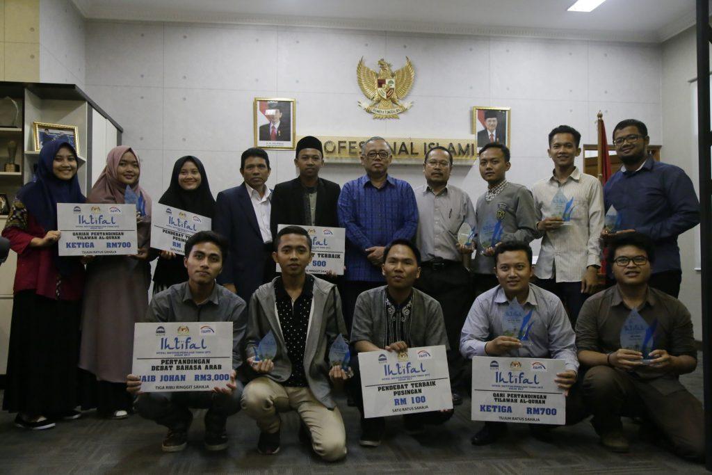 Delegasi UIN Jakarta berhasil mencatatkan prestasi pada ajang Institusi Pengajian Tinggi (IPT) ASEAN 2017 yang diselenggarakan Universiti Sains Islam Malaysia. Jumat-Senin (31/3-3/4 2017). Prestasi ini diraih dengan menyisihkan 26 universitas se-ASEAN.