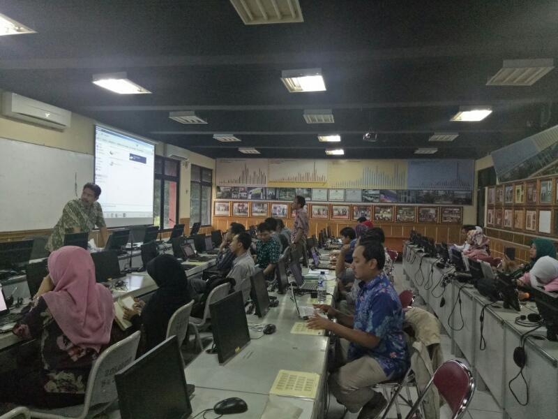 Mahasiswa Sekolah Pascasarjana (SPs) UIN Jakarta mengikuti pelatihan manajemen referensi di ruang kelas 206 dengan Dr Yusuf Rahman MA, Selasa (19/4/2017). Pelatihan bertujuan memperkenalkan aplikasi Zotero yang umum digunakan akademisi dalam mengelola meta data, pengutipan, dan bibliografi dalam aktifitas risetnya.
