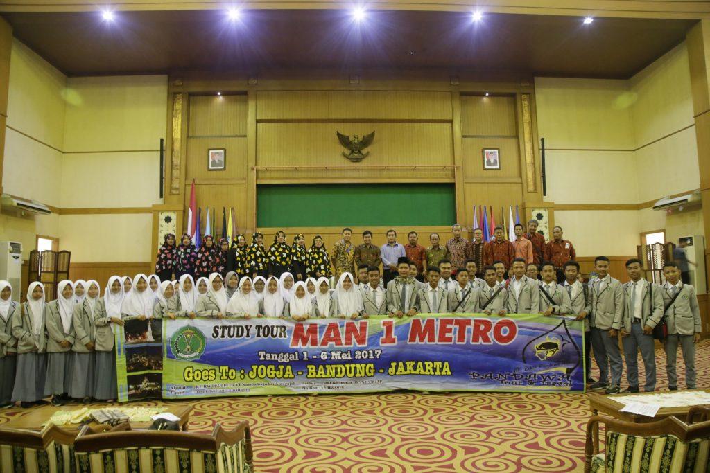 340 siswa-siswi Madrasah Aliyah Negeri (MAN) 1 Metro, Provinsi Lampung, melakukan kunjungan akademik UIN Jakarta, Jumat (5/5/2017). Kunjungan akademik dipimpin langsung Kepala Madrasah Antoni Iswantoro M.Ed didampingi para guru dan staf madrasah.