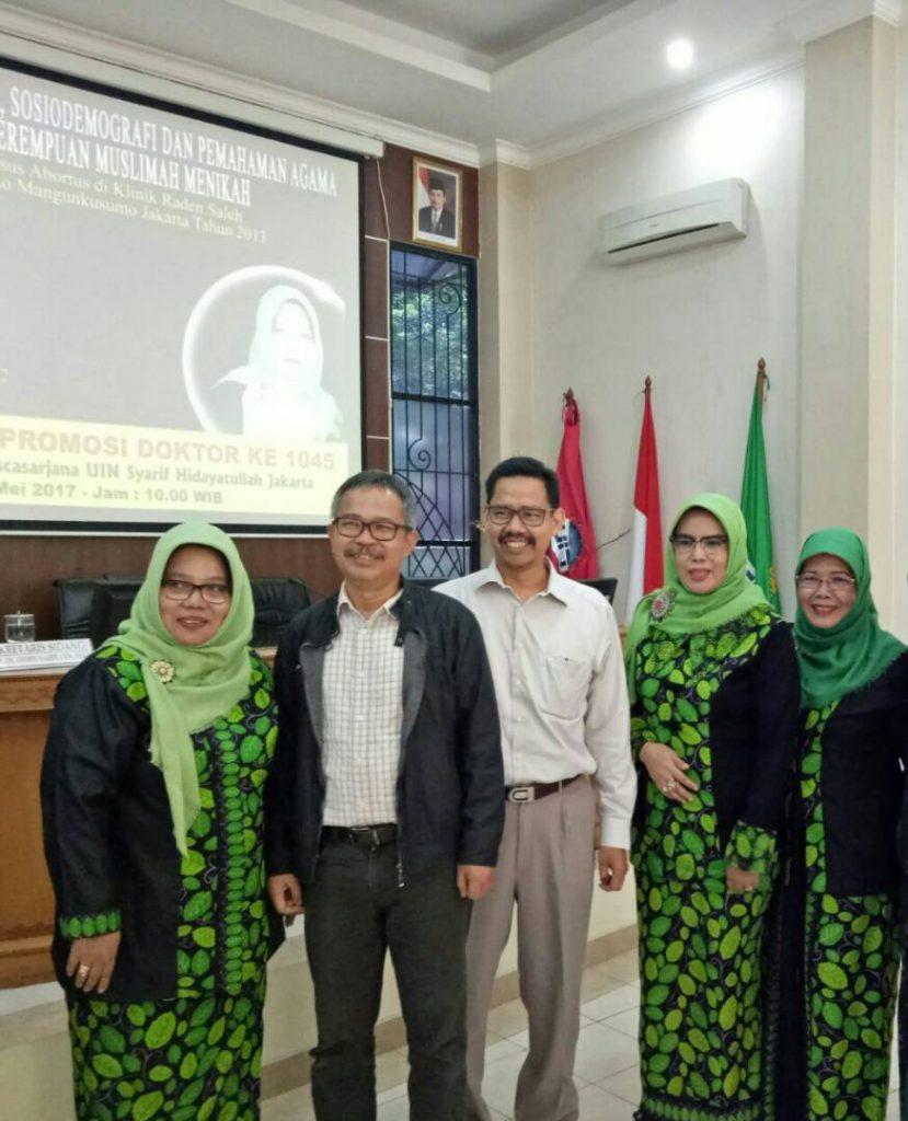 Tiga bidang dari Kabupaten Bogor, Nurmawati, Srihayuningsih dan Jubaedah, berhasil meraih gelar doktor bidang Kesehatan Islam dari SPs UIN Jakarta. Tampak ketiganya berfoto dengan dua pengajar SPs UIN Jakarta, Dr Yusuf Rahman dan Dr Fuad Jabali. (Foto: Wildan)