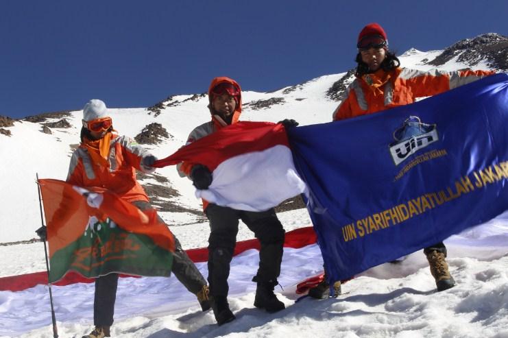 Mahasiswa UIN Jakarta Taklukkan Gunung Berapi Iran