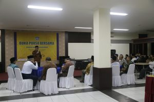 Rector Break Fasting with Community Leaders