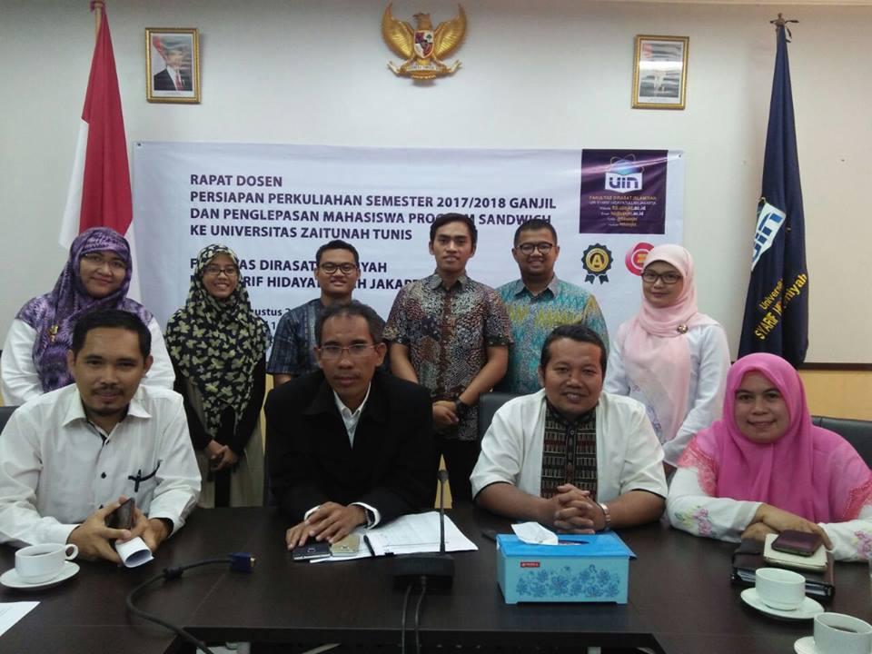 FDI UIN Jakarta mengirim empat mahasiswa peserta Program Sandwich UIN Jakarta 2017 ke Universitas Zaitunah, Tunisia. Tampak keempat mahasiswa peserta program berpose bersama pimpinan dekanat FDI.