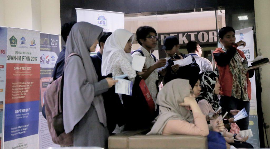 Para calon mahasiswa baru UIN Jakarta sedang mengecek hasil seleksi masuk. Mulai tahun ini, UIN Jakarta menerapkan sistem Uang Kuliah Tunggal. (Foto: Hermanuddin)
