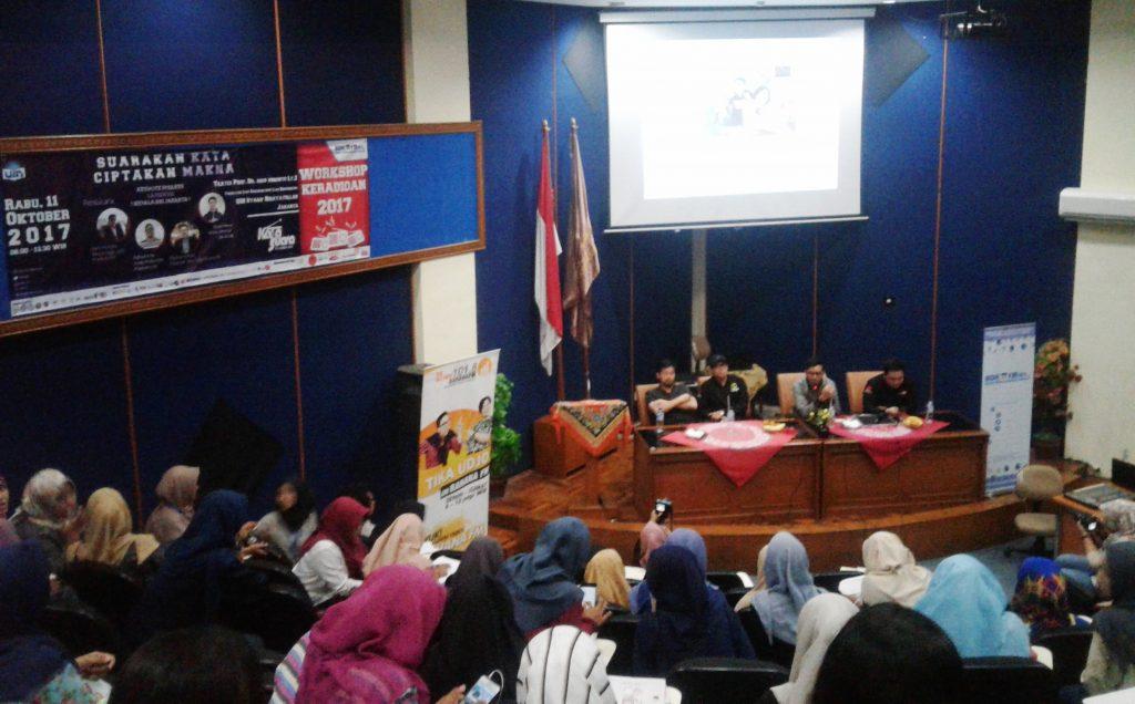 Mahasiswa Belajar Penyiaran Radio