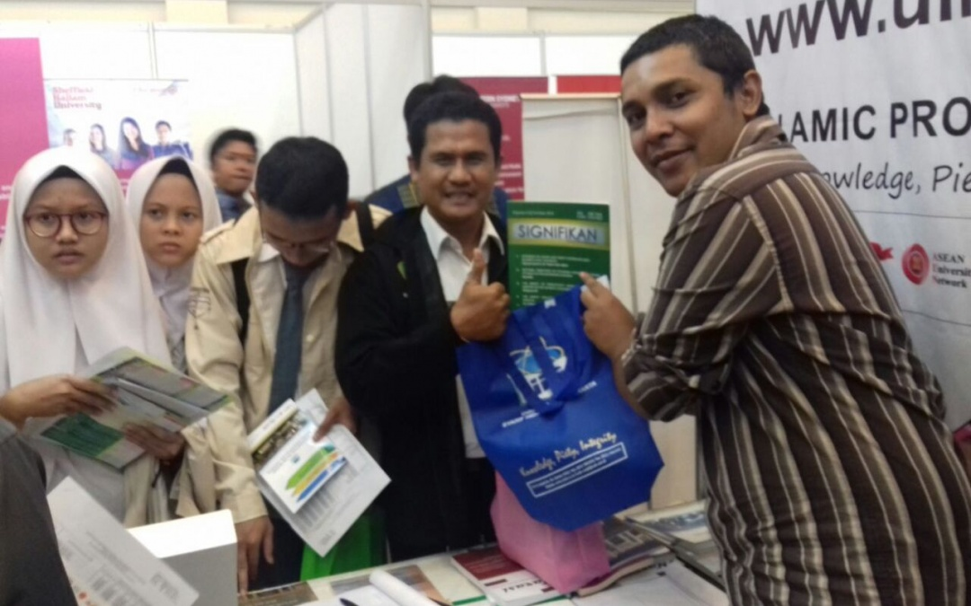 Ratusan Pengunjung IIEE Membanjiri Stand UIN Jakarta