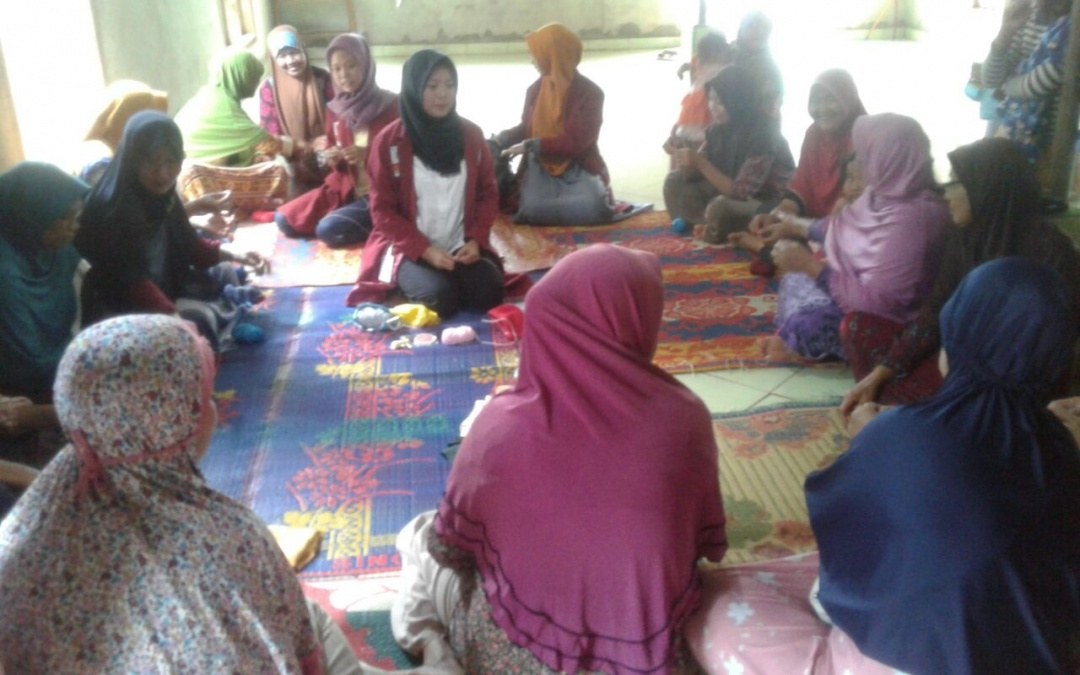 BPI Students Teach Knitting to Negara Batin Resident