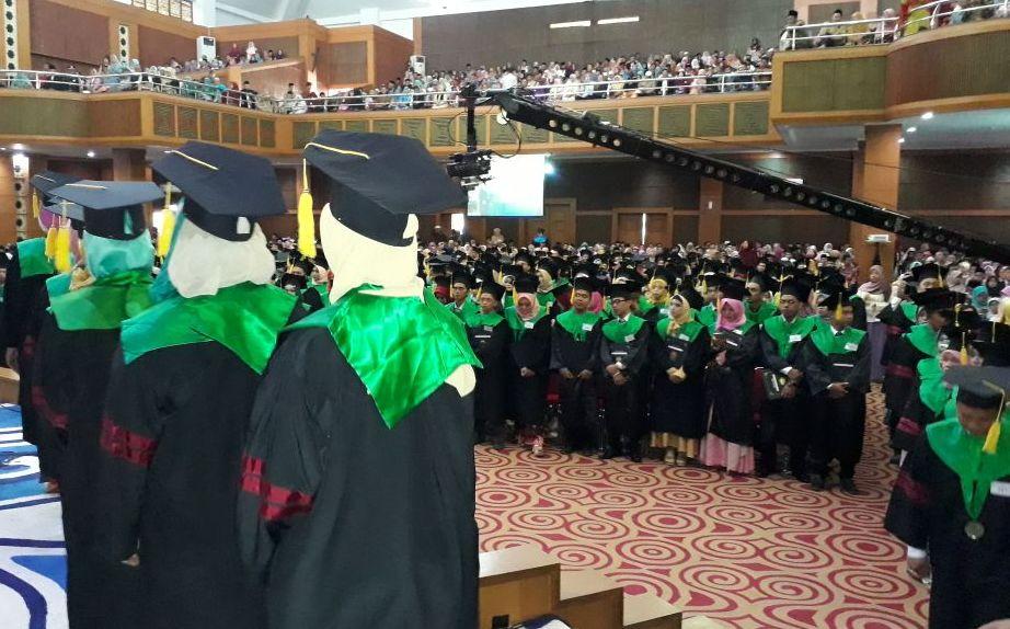 Hari Kedua Wisuda: Rektor Kembali Lantik 604 Sarjana Baru