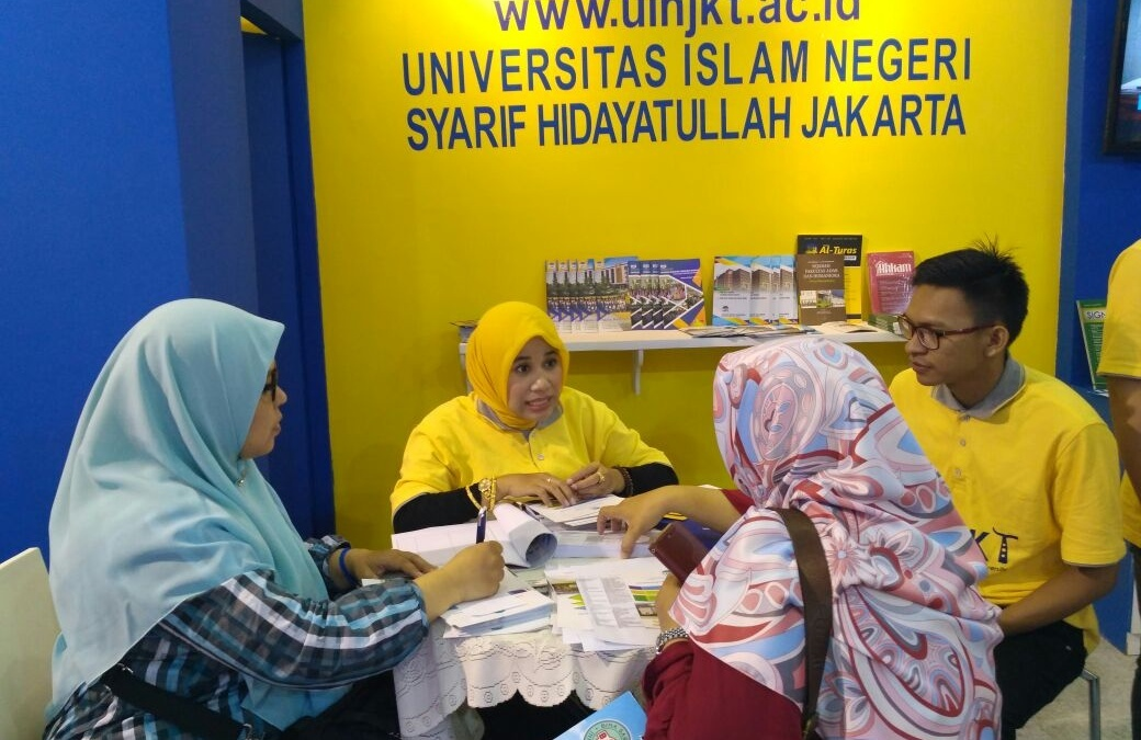 UIN Jakarta Booth Visitor Commonly Ask About Admission Procedure