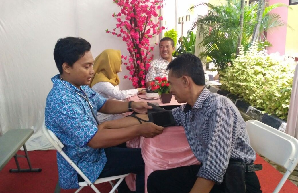 FKIK UIN Jakarta Booth Holds Free Health Checks