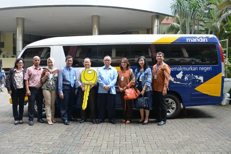 To Support the UIN Jakarta Academic Community, Bank Mandiri Donated Minibus