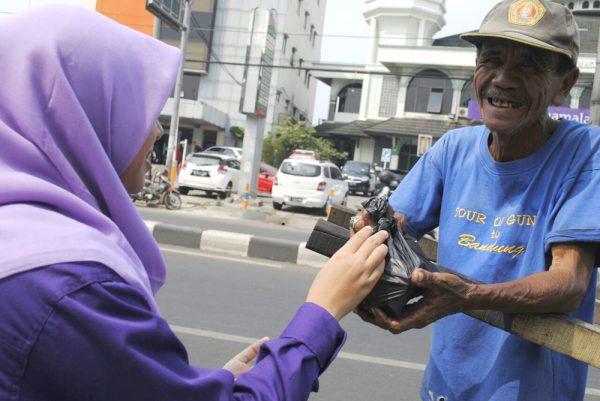 Pramuka UIN Jakarta Bagi-bagi Nasi Bungkus untuk Kaum Dhuafa