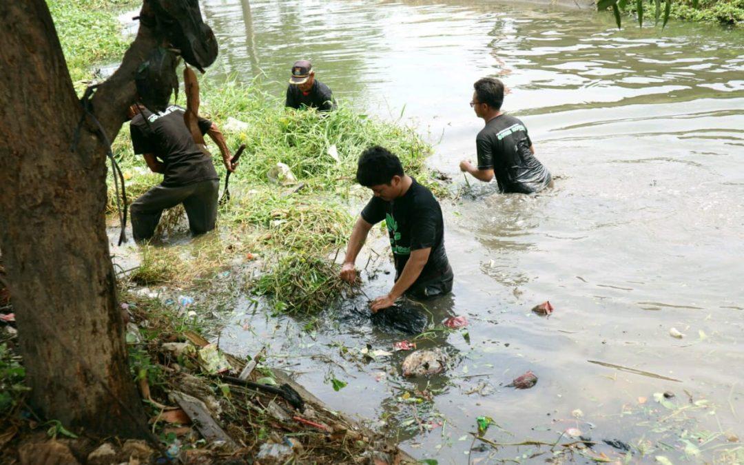 Peserta KKN UIN Jakarta Lakukan Normalisasi Sungai