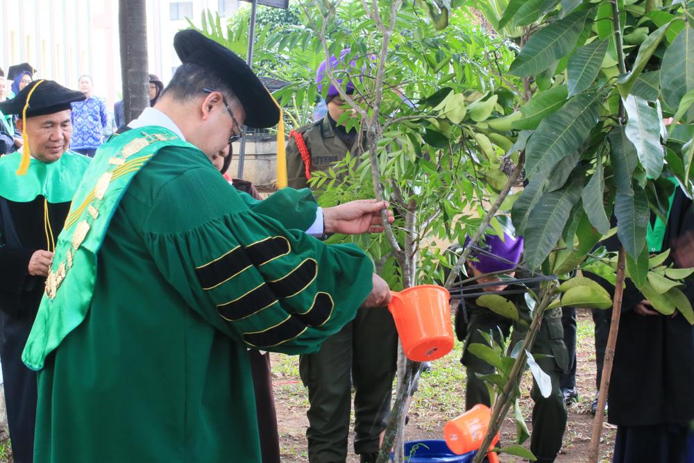 Rektor Tanam Pohon di Depan Gedung Rektorat
