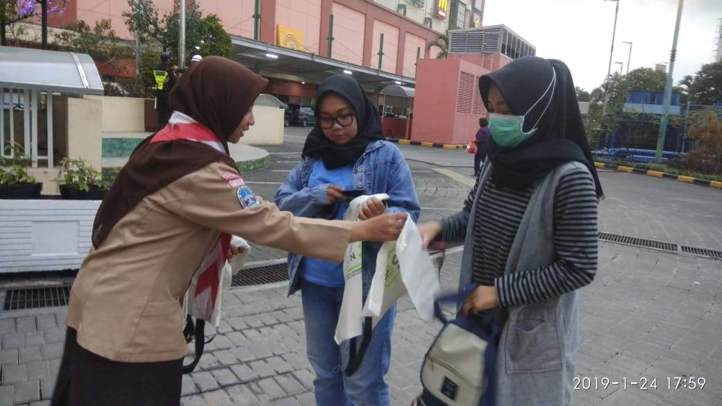 """Scout Movement of UIN Jakarta distributes """"Go-green"""" goodie bag"""