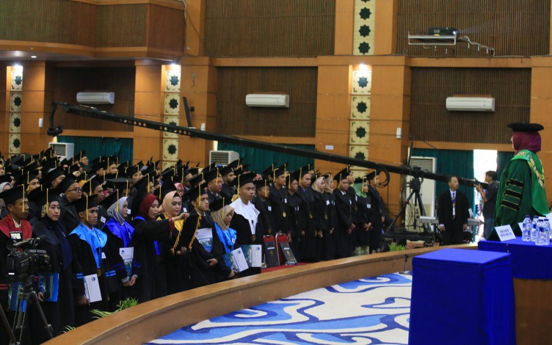 UIN جاكرتا تعقد حفل التخرج ١١١