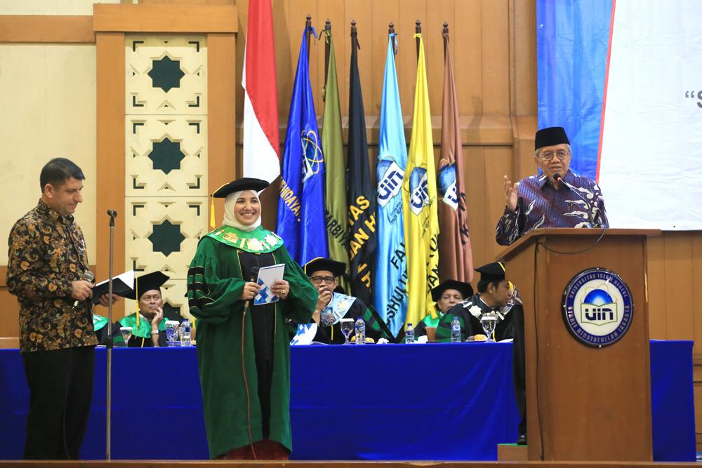 Amany Lubis, Taufik Ismail, dan Jumhur Cil, Baca Puisi 3 Bahasa