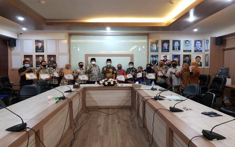 FSH UIN Jakarta appreciates the best performing employees