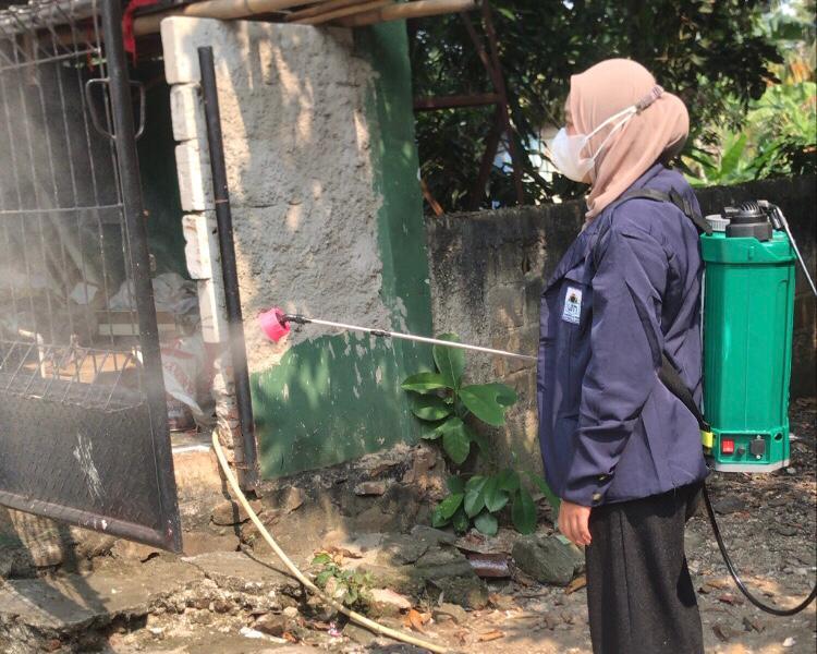 Peserta KKN UIN Jakarta di Pondok Aren Edukasi Warga Jaga Prokes